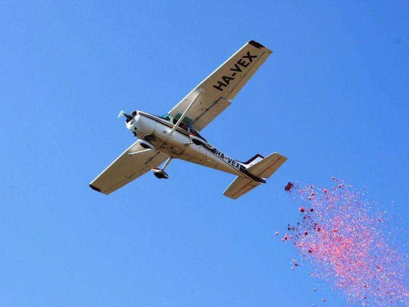 Rózsavölgyi Air Motorosrepülés szórólap és virágszirom szórás a levegőből